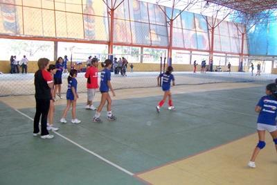 志工在玻利維亞跟兒童一起打排球
