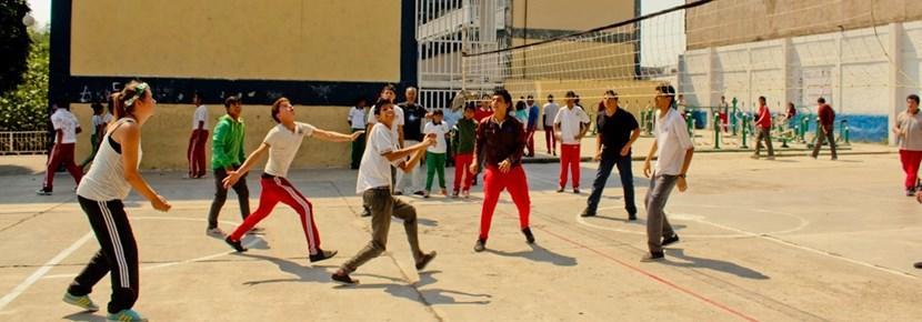 Projects Abroad志工在海外與學生參與排球訓練
