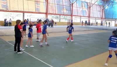 Projects Abroad志工在學校進行排球指導工作