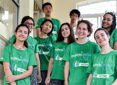 來自不同國家的高中學生一起參與量身定制的越南海外志工團項目,在一個復康中心服務