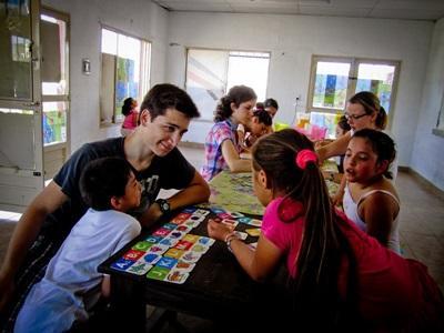 教學項目志工在阿根廷的學校課室幫忙指導學生的課業