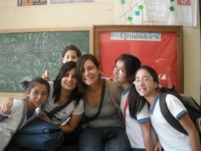 Projects Abroad教學志工與阿根廷學校的中學生合照