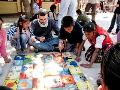 玻利維亞教學志工與孩子一起參與學習遊戲