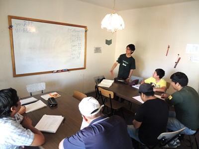 日本男志工在課室指導玻利維亞學生