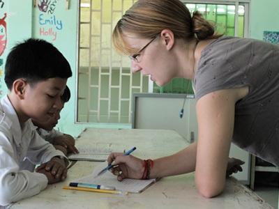 志工在柬埔寨的學校教導英語