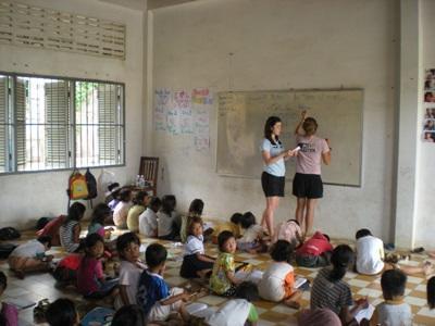志工在柬埔寨一所學校進行英語教學工作