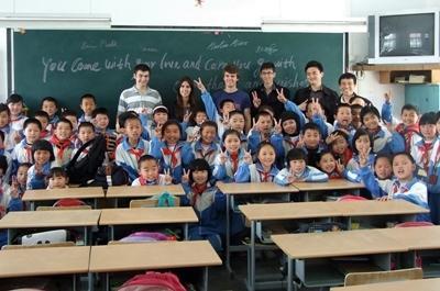 志工參與中國教學項目,教導的學生班級課室