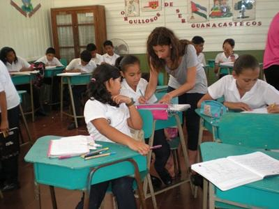 志工在哥斯達黎加的學校幫忙指導學生的作業