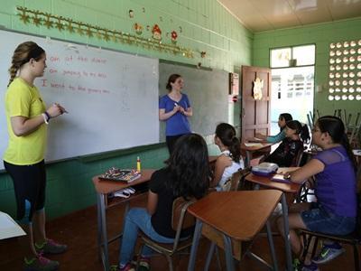 哥斯達黎加學校的一群學專心聆聽兩名Projects Abroad志工講課