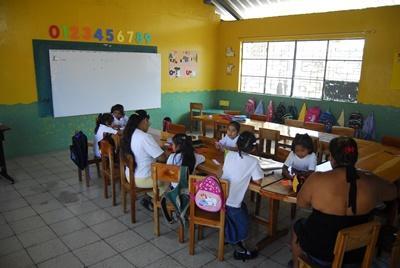 厄瓜多爾學校的學生與教學志工一起完成工作紙