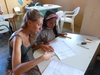 一名年輕的厄瓜多爾學生得到教學志工的幫助