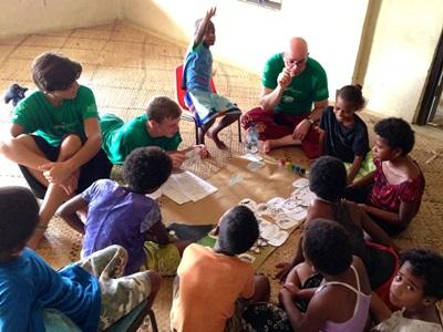 斐濟學生從Projects Abroad志工團隊的指導了解鯊魚知識