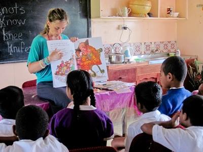 教學志工在斐濟學校向一個班級的學生講故事