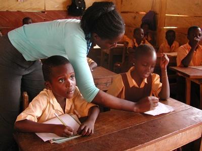 加納學生在義教教師的幫助下抄寫課堂筆記