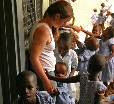 加納學校的孩子在間息時間找他們認識的教學志工一起玩遊戲
