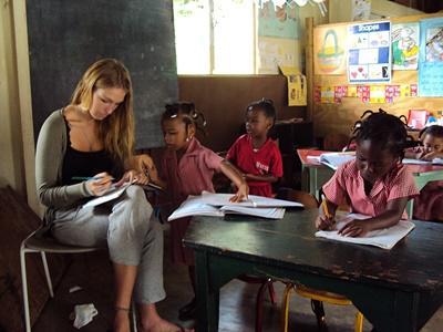 牙買加教學項目志工在學校批改學生的作業