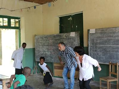 馬達加斯加孩子享受與Projects Abroad義教志工在學校玩遊戲的愉快時光