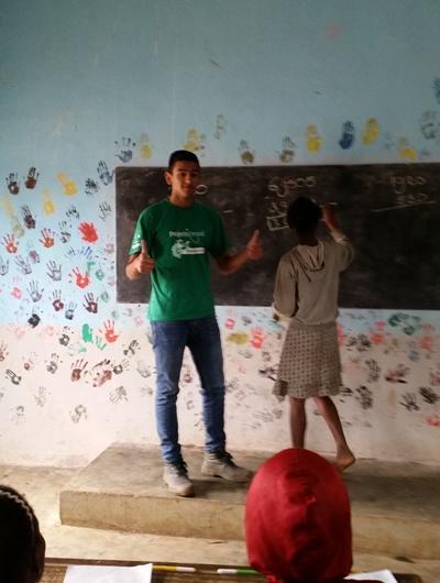 Projects Abroad教學志工在馬達加斯加的學校課室負責帶領英語課