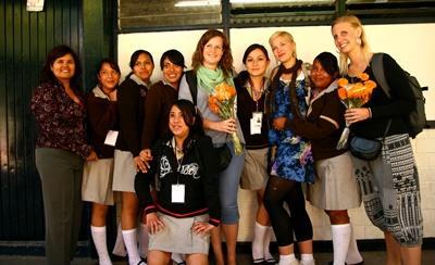 墨西哥教學項目志工與她的學生