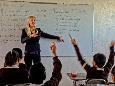 墨西哥孩子在課堂舉手回答志工教師的提問