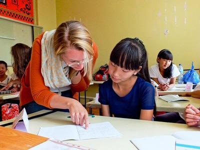 蒙古學校的兒童得到教學志工的幫助