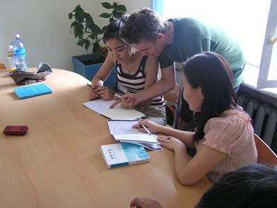教學志工在蒙古的學校幫助學生,輔導家課