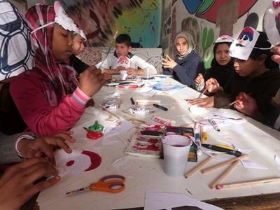 摩洛哥的學生高興地參與教學志工設計的創意練習