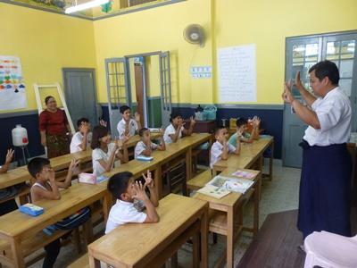 緬甸學童坐在教室聽當地教師講課