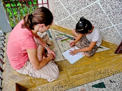 教學志工在尼泊爾的學校與孩子進行手工藝活動