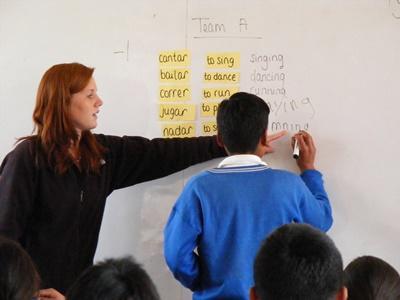 教學志工與秘魯學校的學生一起玩認字遊戲
