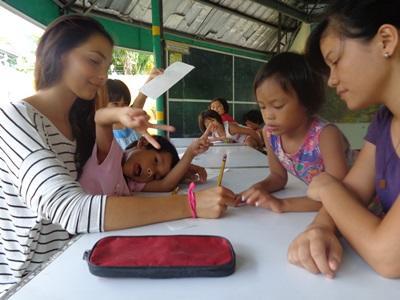 菲律賓教學志工在輔導班幫助學童