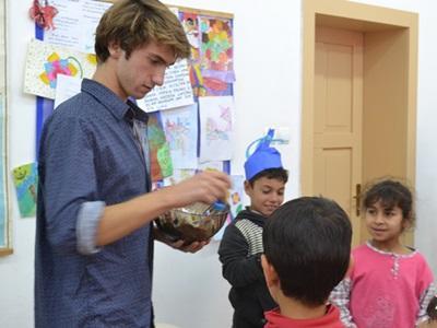 羅馬尼亞兒童等待志工在課後派發零食