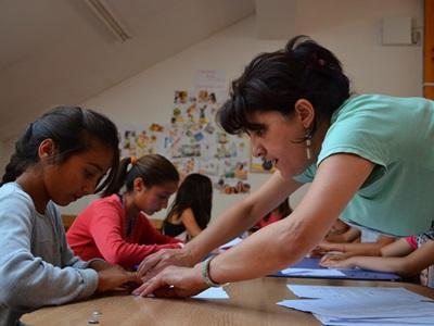 羅馬尼亞幼童需要志工的幫忙進行家課指導