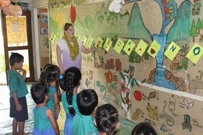 薩摩亞學童從Projects Abroad教學志工身上學習英文字母