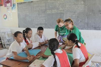 Projects Abroad教學志工在薩摩亞阿皮亞的小學參與學生的指導工作