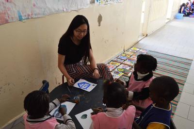 幼兒園的孩子在塞內加爾聖路易專心聆聽Projects Abroad教學志工的講課
