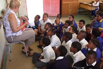 年長志工在南非學校負責教導一個班級的年幼學童
