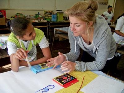 南非開普敦一名學生在課堂與志工進行交流