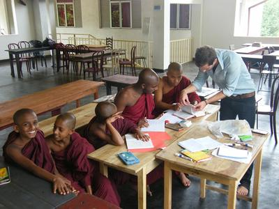 年幼的斯里蘭卡僧侶喜歡上英語課,課堂由教學志工準備