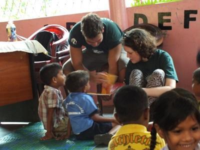志工互相幫助一起指導斯里蘭卡孩子
