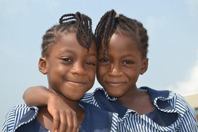 加納女孩穿上校服參與志工的教學項目課程