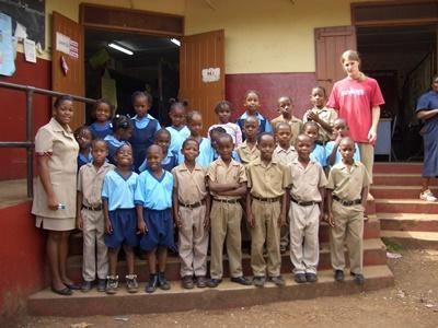 教學項目志工與他在牙買加教導的學生班級