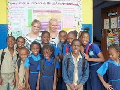 志工和他們在牙買加學校教導的學生