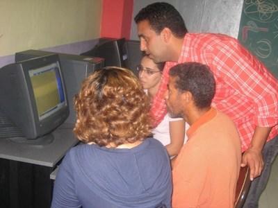 志工教師在北非的摩洛哥教導學校學生掌握電腦應用技術
