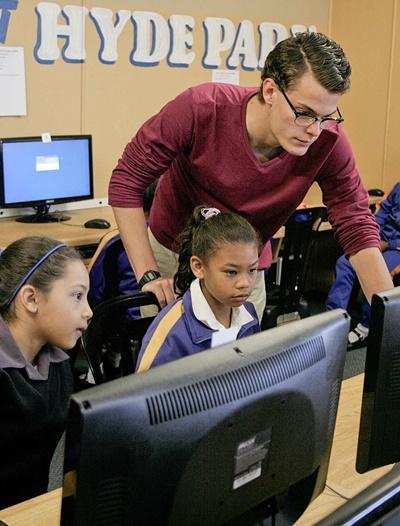 志工在南非學校教導孩子掌握電腦應用知識