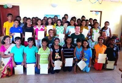 志工和完成電腦課程的學生的合照