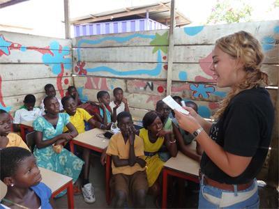 教學志工與海外學校的孩子進行教學活動