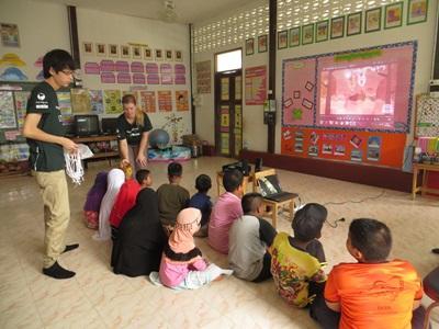 教學志工負責帶領課堂,泰國學生上課學習