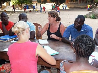 Projects Abroad教學志工和多哥教師一起討論學生操行和課堂秩序管理