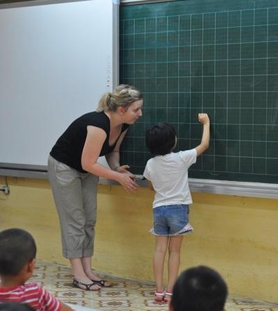 越南學生在教學志工的幫助下參與課堂學習